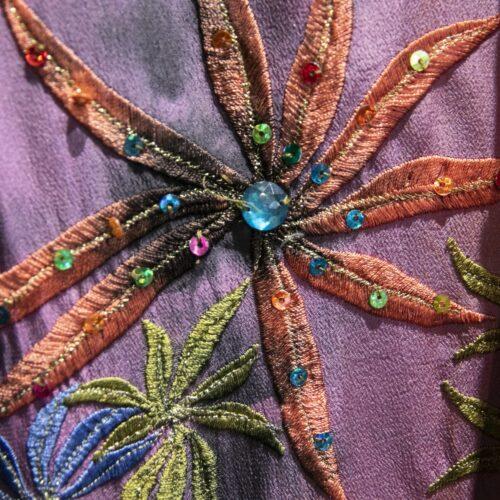 Robe 100% soie, entièrement brodée, aux couleurs mauve, rose, orange, longue, 70's – Cofur