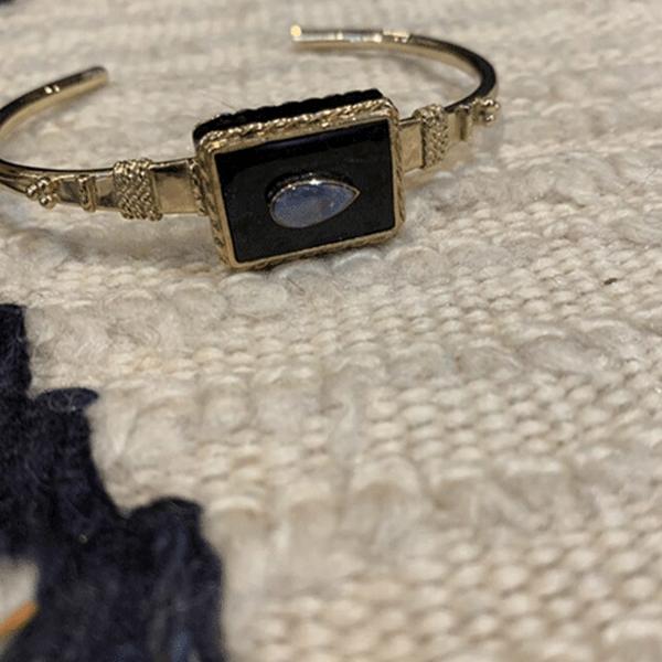 """Bracelet """"Juliette"""", plaqué or, Onyx noire et opale centrale – Room Service"""