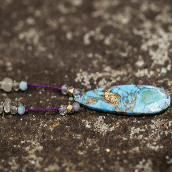 Collier Gri Gri, Talisman, turquoise, opale, quartz sur fil de soie violet – Jojo & Pearl