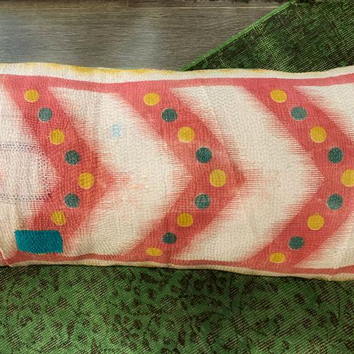 """Coussin rectangulaire 50/110 en Kantha, imprimé type """"aztèque"""" vert et orange -Claire GASPARINI"""