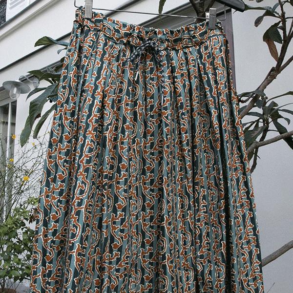 Jupe froncée, 100% coton, imprimée orange sur fond vert de gris – Johanna Paris