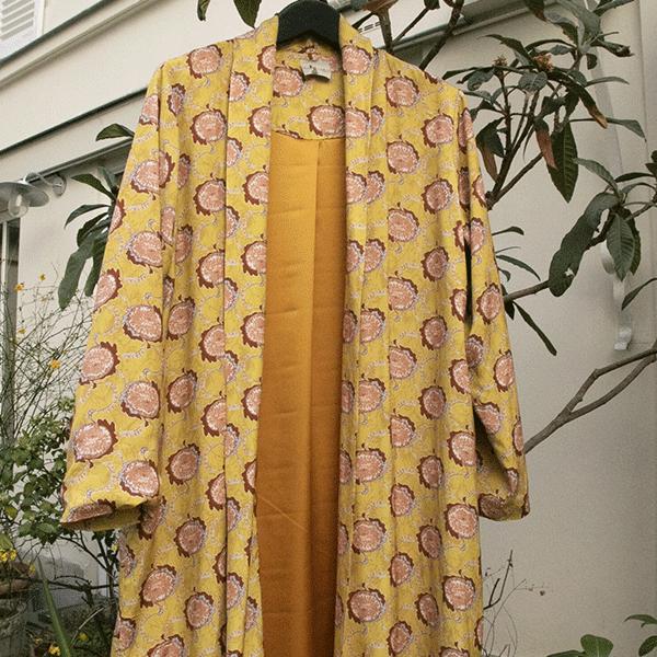 Manteau souple en viscose, imprimé safran et rose, doublure satin safran – Johanna Paris