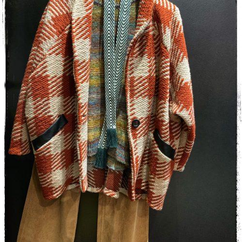 look 5, veste, tricot, laine, maille, carreaux, orange, crême, chic, urbain, velours, beige, arc en ciel, pull, col rond, ceinture, verte, blanche, bohème, look